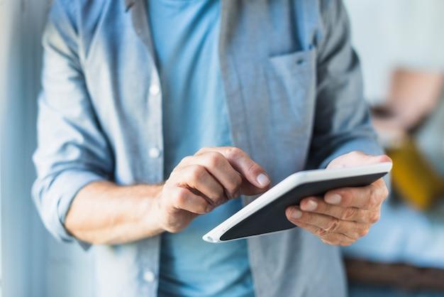 Close-up, de, homem, usando, tablete digital