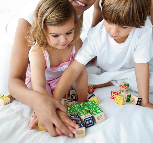 Close-up de irmão e irmã brincando com brinquedos cubos