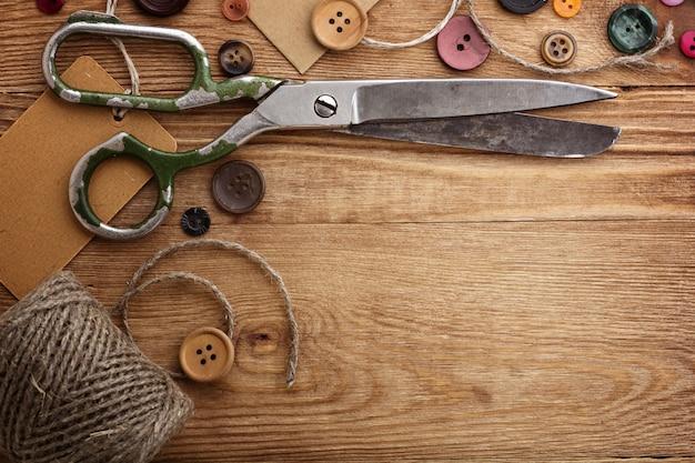 Close-up de item de costura na mesa de madeira