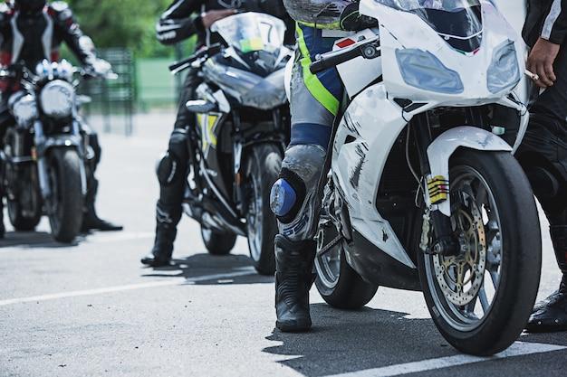 Close-up de itens de luxo da motocicleta: faróis, amortecedor, roda, asa, tonificação.