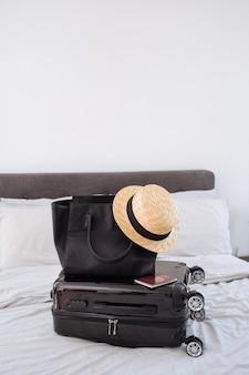 Close up de itens essenciais para viagens em um ambiente estético