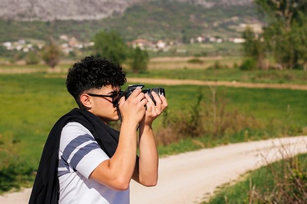 Close-up, de, jovem, fotógrafo, levando, natureza, fotografia