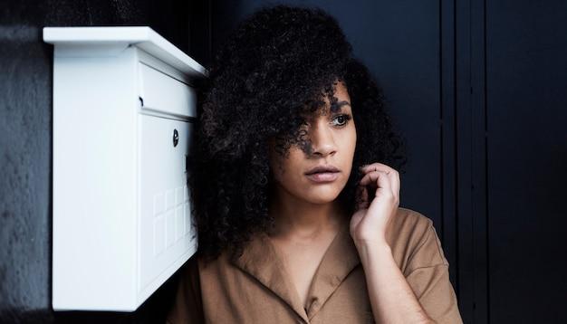 Close-up de jovem negra com cabelo afro