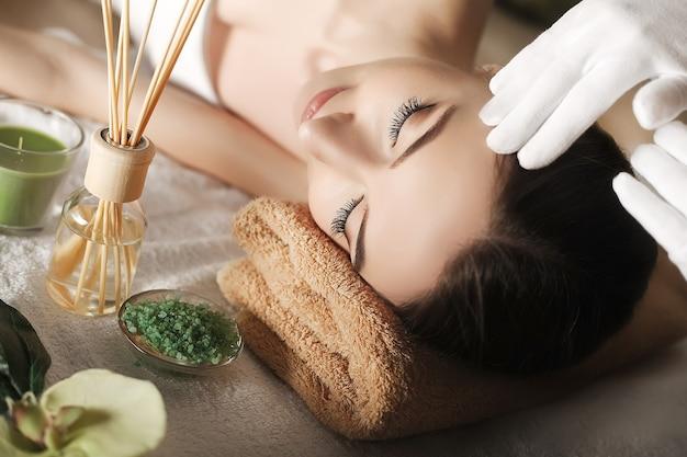 Close-up de jovem recebendo tratamento de massagem no spa do salão de beleza
