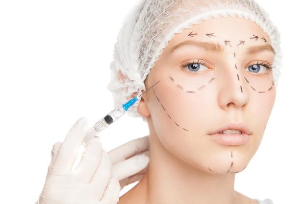 Close-up de jovem sendo injetado com seringa. contornos desenhados no rosto.