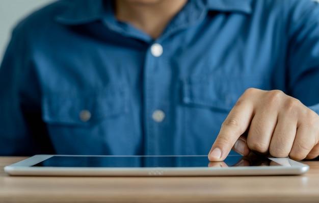 Close-up de jovem usando um tablet digital