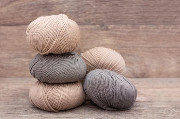 Close-up de lã de tricô em fundo de madeira