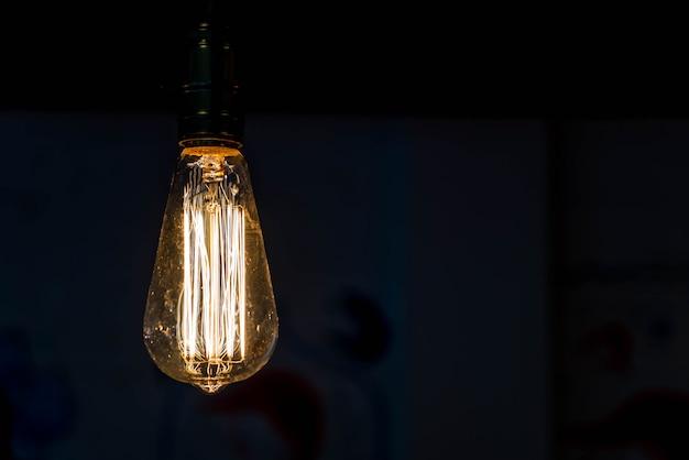 Close-up de lâmpadas penduradas