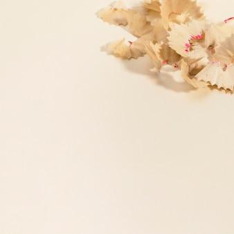 Close-up de lápis afiado resíduos com espaço para texto