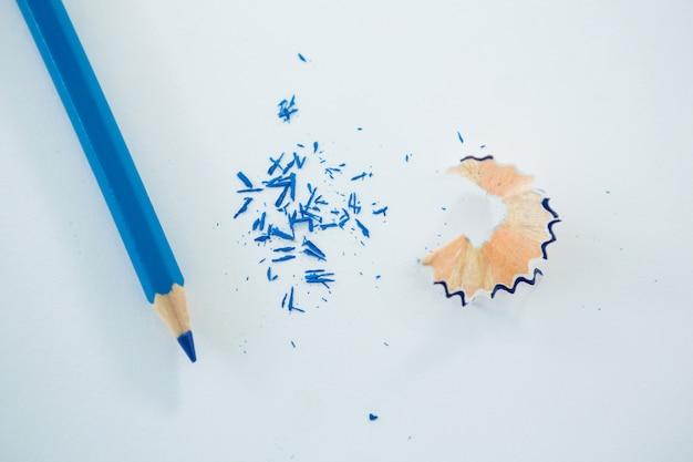 Close-up de lápis de cor azul com aparas de lápis