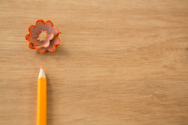 Close-up de lápis de cor laranja com aparas de lápis