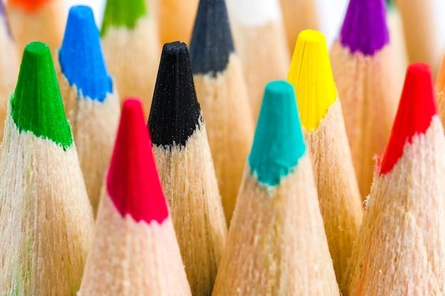 Close-up de lápis de cor. o conceito de ferramentas de desenho.