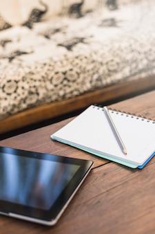 Close-up, de, lápis, ligado, caderno, com, tablete digital, ligado, tabela madeira