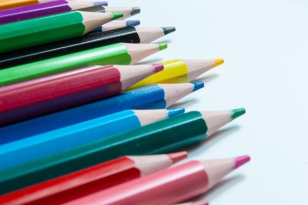 Close-up de lápis multicoloridos sobre fundo branco