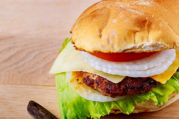 Close-up, de, lar, feito, gostosa, grelhados, grande, hambúrguer