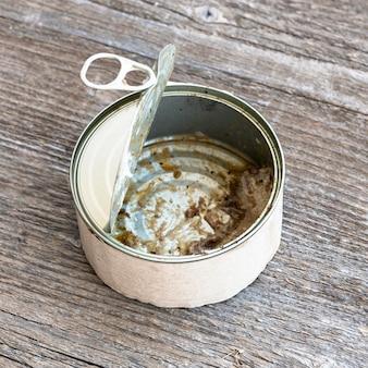 Close-up de lata de metal sujo com sobras