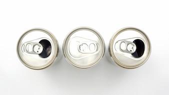 Close up de latas de alumínio em uma vista superior