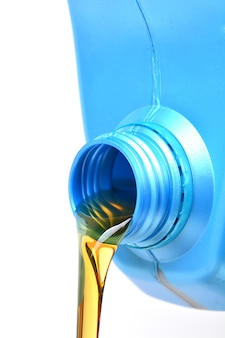 Close up de latas de óleo de motor