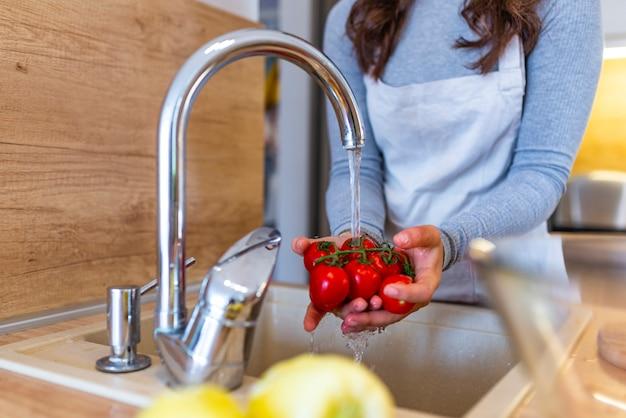 Close up de lavar os legumes