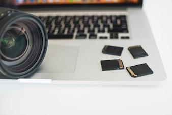 Close-up, de, lente câmera, e, cartões memória, ligado, laptop