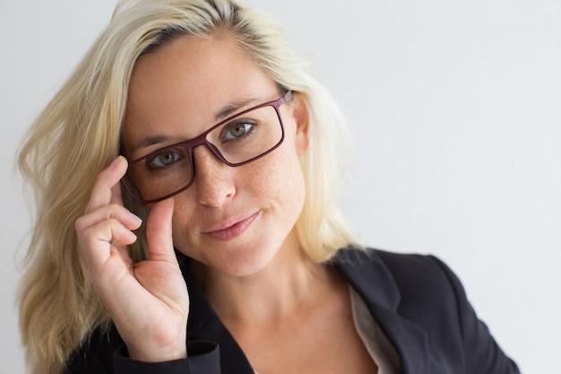 Close-up de líder feminino confiante em óculos