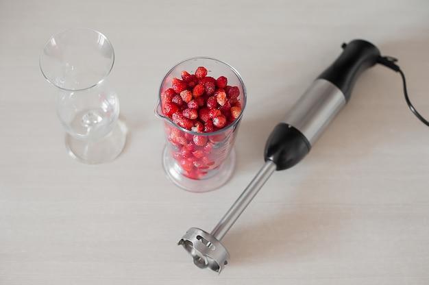 Close-up de liquidificador com frutas e smoothie de frutas