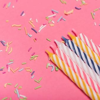 Close-up, de, listrado, velas, com, coloridos, chuviscos, ligado, fundo cor-de-rosa