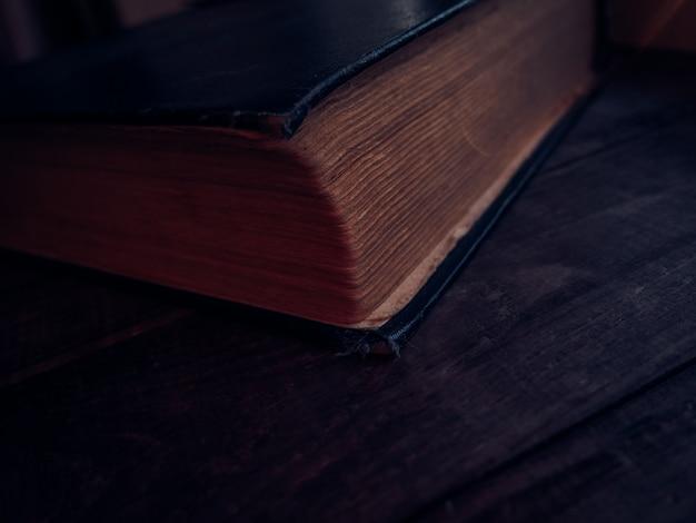 Close-up de livro antigo fechado