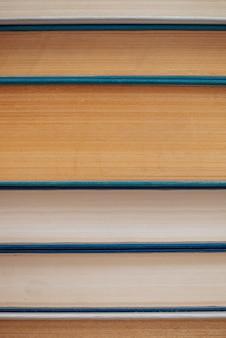 Close-up de livros antigos. pilha de literatura antiga usada na biblioteca da escola.