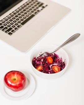 Close-up, de, maçã, e, laptop, perto, repolho vermelho, e, tomates, em, tigela