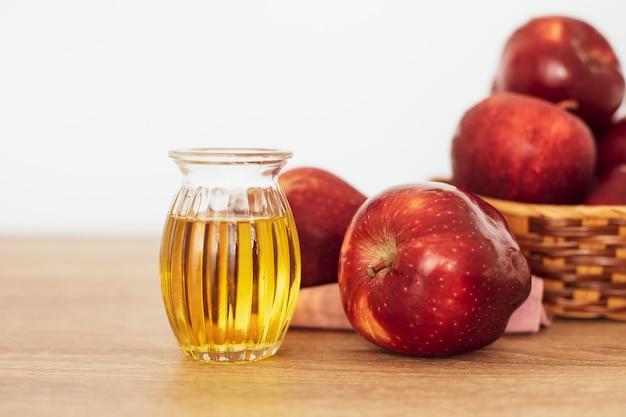 Close up de maçã vermelha e suco de vinagre de maçã, ajuda a perder peso e reduz a gordura da barriga, comida saudável