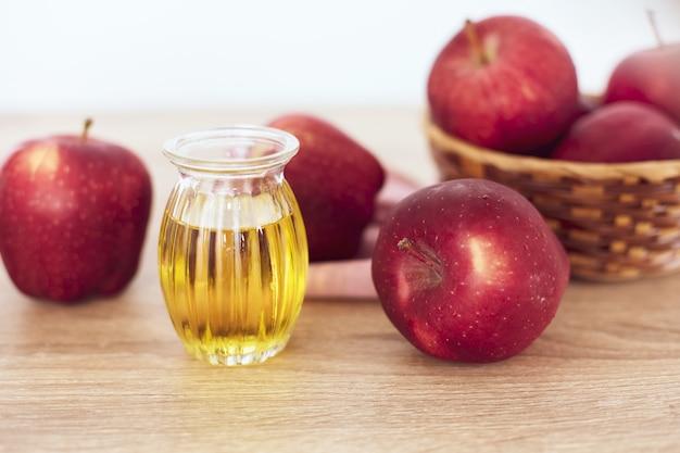 Close up de maçã vermelha e suco de vinagre de maçã