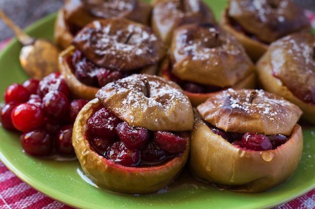 Close-up de maçãs assadas com cranberries