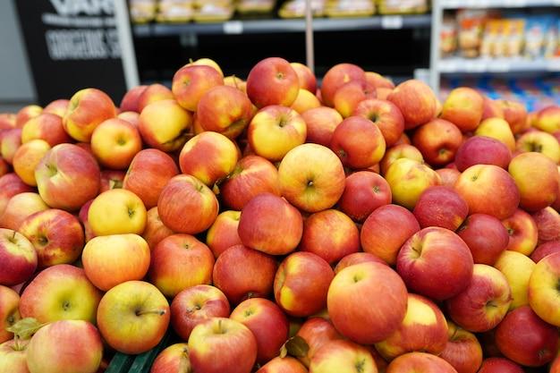 Close up de maçãs na barraca do mercado