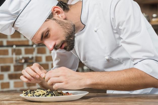Close-up, de, macho, cozinheiro, preparar, a, espaguete, prato