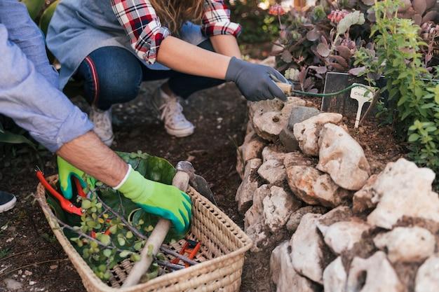Close-up, de, macho fêmea, jardineiro, trabalhando, jardim