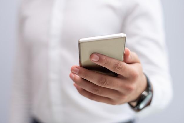 Close-up, de, macho, mão, segurando, telefone móvel