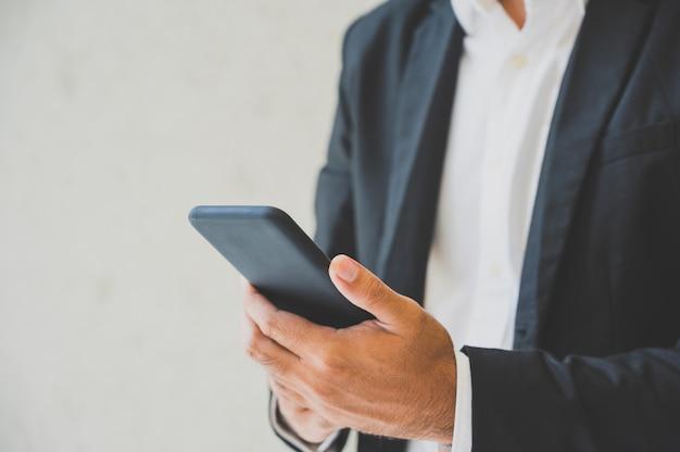 Close-up, de, macho, mãos, usando, smartphone