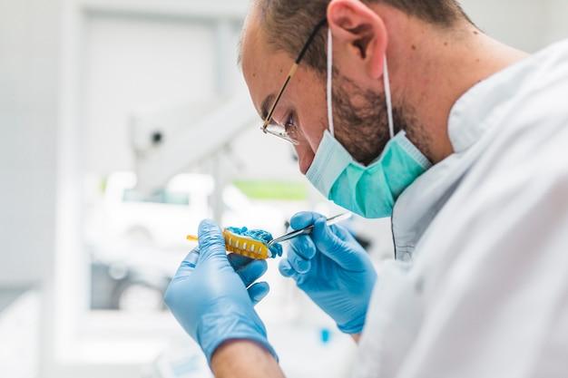 Close-up, de, macho, odontólogo, trabalhando, ligado, impressão dental