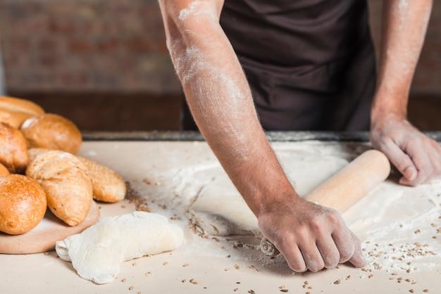 Close-up, de, macho, padeiro, achatando, massa, ligado, cozinha, worktop