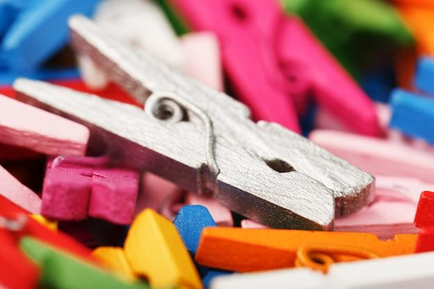 Close-up de madeira colorido dos pregadores de roupa como a textura e o fundo.