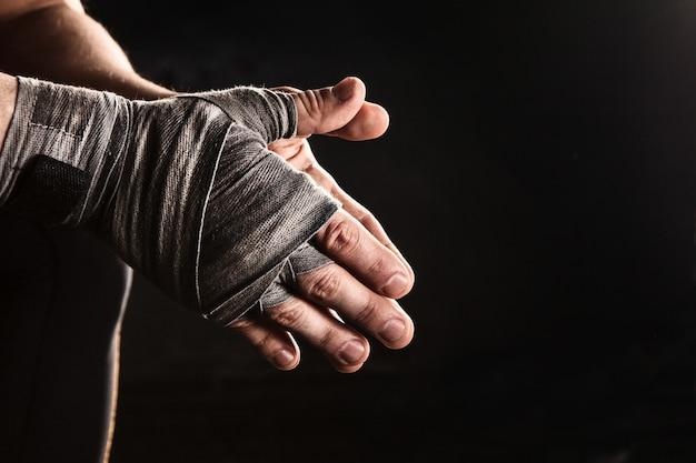 Close-up de mão de homem musculoso com curativo