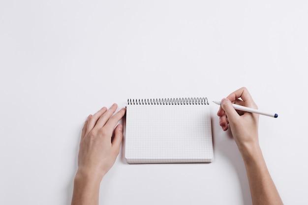 Close-up, de, mão feminina, caneta escrita, em, um, em branco, caderno