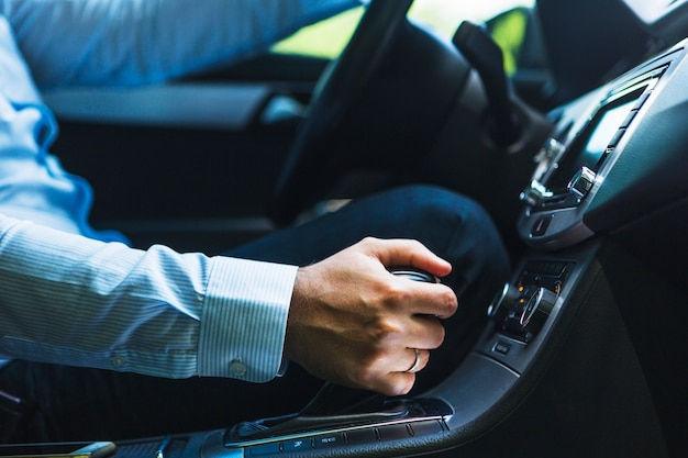 Close-up, de, mão homem, deslocando engrenagem, carro