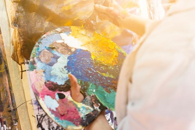 Close-up, de, mão humana, segurando, messy, paleta
