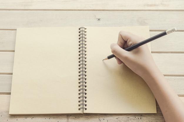 Close-up, de, mão mulher, escrita, ligado, papel