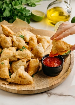Close-up de mão segurando comida deliciosa