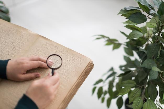 Close-up de mão segurando uma lupa