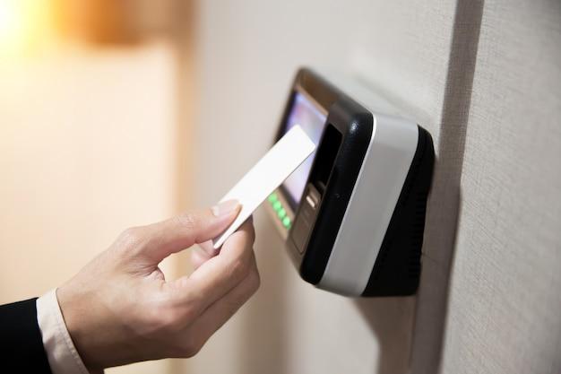 Close-up de mão usando cartão-chave para abrir a porta. Foto Premium