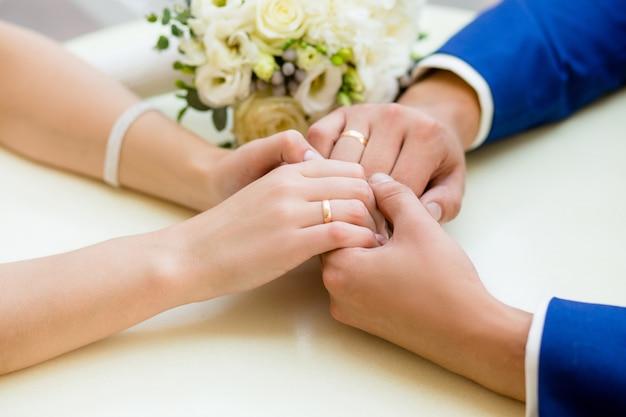 Close-up, de, mãos casamento, com, anéis